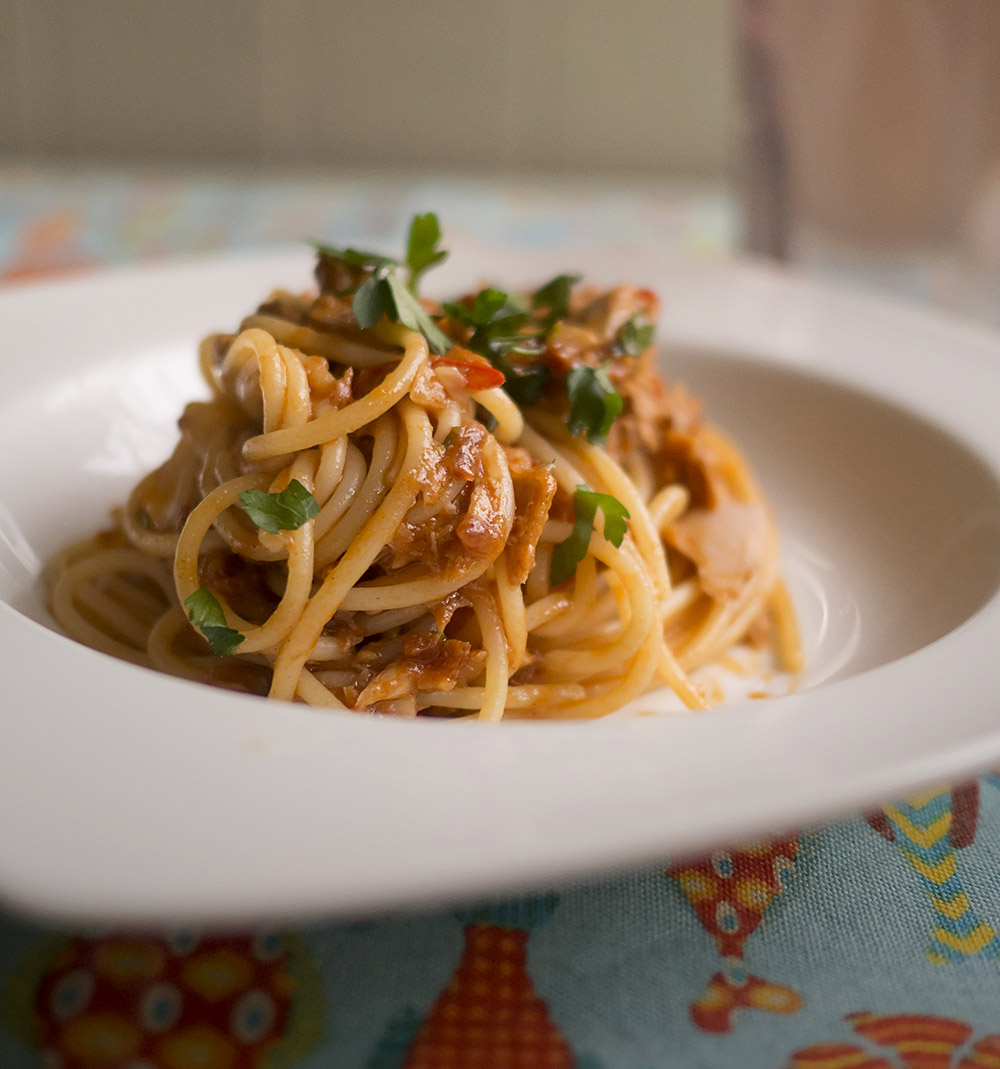 Spaghetti alla puttanesca com atum